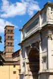 Torre de sino e o arco de Titus no fórum romano, Roma foto de stock