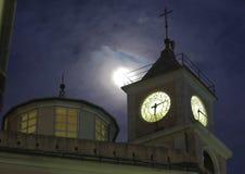 A torre de sino, a lua e a noite Foto de Stock