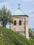Torre de sino de pedra velha de uma igreja foto de stock royalty free