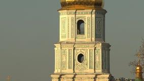 Torre de sino de Sófia de Saint Sophia Cathedral em Kiev no dia de mola ensolarado, Kiev, Ucrânia, vídeo da metragem 4k filme