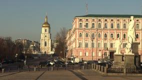 Torre de sino de Sófia de Saint Sophia Cathedral em Kiev no dia de mola ensolarado, Kiev, Ucrânia, vídeo da metragem 4k vídeos de arquivo