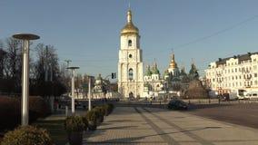 Torre de sino de Sófia de Saint Sophia Cathedral em Kiev no dia de mola ensolarado, Kiev, Ucrânia, vídeo da metragem 4k video estoque