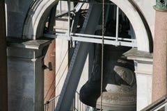 Torre de sino de Saint Isaak Cathedral em Petersburgo com os detalhes da arquitetura, paredes, colunas, janela do arco Foto de Stock