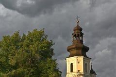 Torre de sino sob o céu tormentoso Fotografia de Stock Royalty Free