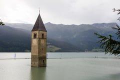 Torre de sino submersa ou Resia Imagens de Stock Royalty Free