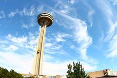 Torre de Skylon en la ciudad de Niagara Falls, Canadá Foto de archivo