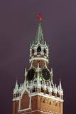 Torre de Spasskaya de Moscú Kremlin en noche del invierno fotos de archivo