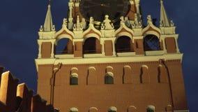 Torre de Spasskaya en la pared del este de la Moscú el Kremlin en el vídeo de la cantidad de la acción de la noche almacen de metraje de vídeo