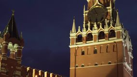Torre de Spasskaya en la pared del este de la Moscú el Kremlin en el vídeo de la cantidad de la acción de la noche metrajes