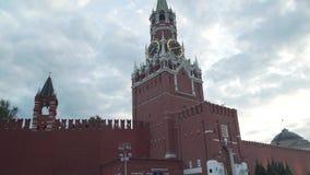 Torre de Spasskaya en la pared del este de la Moscú el Kremlin en el vídeo de la cantidad de la acción de la tarde almacen de video