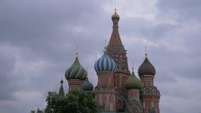 Torre de Spasskaya en Plaza Roja debajo de un cielo melancólico en un día nublado gris opinión del fragmento Rusia metrajes