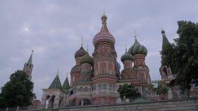 Torre de Spasskaya en Plaza Roja debajo de un cielo melancólico en un día nublado gris opinión del fragmento Rusia almacen de video