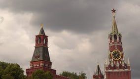 Torre de Spassky do Kremlin com um pulso de disparo contra um céu nebuloso Fotografia de Stock Royalty Free