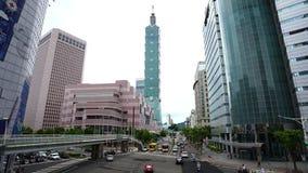 Torre de Taipei 101 con tráfico en el camino en Taipei, Taiwán almacen de video