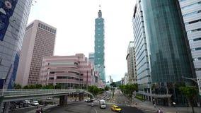 Torre de Taipei 101 con tráfico en el camino en Taipei, Taiwán almacen de metraje de vídeo