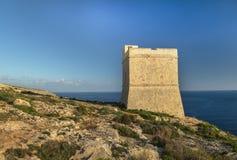 Torre de Tal Hamrija cerca del templo megalítico de Mnajdra imagen de archivo libre de regalías