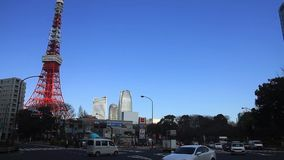 Torre de Tokio en el cielo azul en Tokio almacen de metraje de vídeo