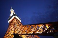 Torre de Tokyo em Japão na noite de abaixo Fotos de Stock Royalty Free