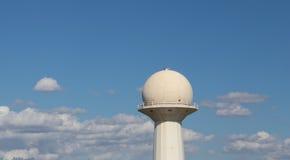 Torre de trajetória aérea do radar do sistema do ADS sobre o céu fotografia de stock