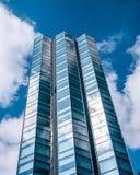 Torre de um arranha-céus de vidro tomado em um ângulo oblíquo, impressão surreal imagem de stock