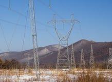Torre de um cano principal elétrico de alta tensão fotos de stock royalty free