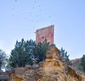 a torre de um castelo antigo em uma vila pequena chamou Villel em Teruel/Espanha no nascer do sol na manhã Voo de muitas pombas fotografia de stock