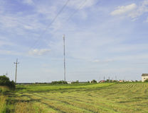 a torre de uma comunicação móvel está no campo Fotos de Stock