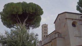 Torre de un monasterio cerca del jardín anaranjado, degli Aranci de Roma, Italia Giardino metrajes