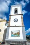 Torre de una iglesia en alguna parte en la costa de Amalfi en Italia imagen de archivo