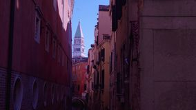 Torre de Veneza de San Marco no meio do canal video estoque