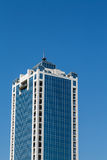 Torre de vidro azul do escritório com cantos de pedra brancos Fotos de Stock Royalty Free