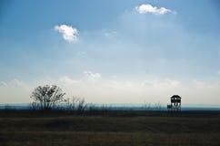 Torre de vigia da caça em um prado no dia ensolarado do outono, pescara de Deliblatska imagem de stock