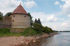 Torre de vigia da fortaleza medieval na beira do lago Fotografia de Stock Royalty Free