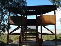 Torre de vigia de madeira na floresta das férias de Chipre da área do lago de sal Imagem de Stock