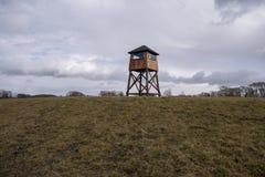 Torre de vigia militar em um campo de concentra??o imagens de stock
