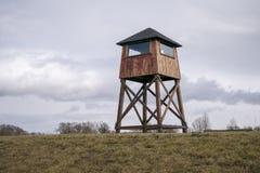 Torre de vigia militar em um campo de concentra??o foto de stock