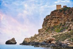 Torre de vigia pequena em Malta Torre de Ghajn Tuffieha fotos de stock royalty free
