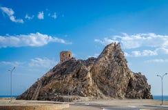 Torre de vigia sobre um monte com céu azul Foto de Stock
