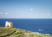Torre de vigia velha no console do gozo em malta fotografia de stock