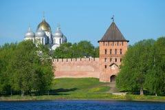 A torre de Vladimir e as abóbadas de St Sophia Cathedral em uma manhã ensolarada podem O Kremlin de Veliky Novgorod, Rússia Fotos de Stock Royalty Free