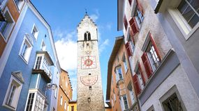 Torre de Zwölferturm en la ciudad medieval vieja de Sterzing Vipiteno, el Tyrol del sur, Italia foto de archivo