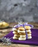 Torre dei biscotti della molla del latte con lavanda nella forma di fiore per il giorno del ` s delle donne, il giorno del ` s de Immagine Stock