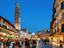 Torre dei Lamberti和广场delle Erbe在维罗纳,意大利 免版税库存照片