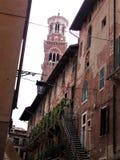 Torre dei Lamberti i domy w Verona fotografia stock