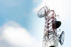 Torre dei riflettori parabolici di comunicazione Fotografia Stock