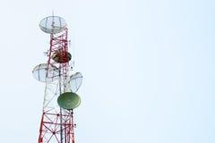 Torre dei riflettori parabolici di comunicazione Fotografie Stock