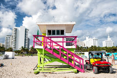 Torre del bagnino ed automobile di legno della jeep sulla spiaggia sabbiosa Immagine Stock Libera da Diritti