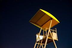 Torre del bagnino nella notte con il cielo stellato Fotografie Stock