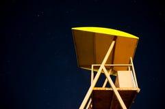 Torre del bagnino nella notte con il cielo stellato fotografie stock libere da diritti