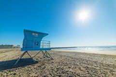 Torre del bagnino in riva dell'oceano Fotografia Stock